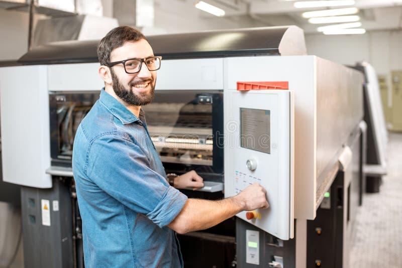 Druckbetreiber, der an der Herstellung arbeitet lizenzfreie stockfotografie