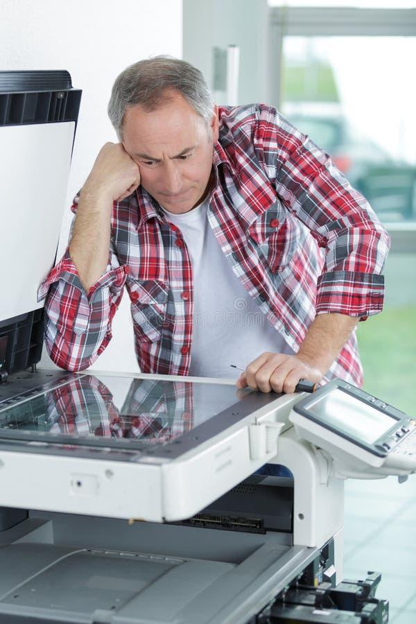 Drucker, der bei Tisch Auflagenstärke überprüft stockbilder