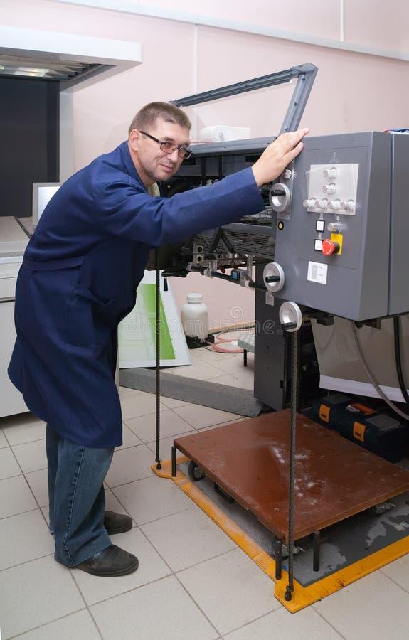 Drucker, der an der Versatzmaschine arbeitet stockfotografie