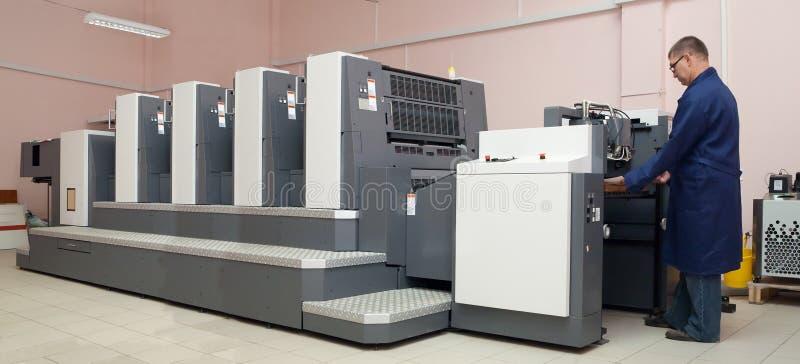 Drucker, der an der Versatzmaschine arbeitet lizenzfreies stockbild