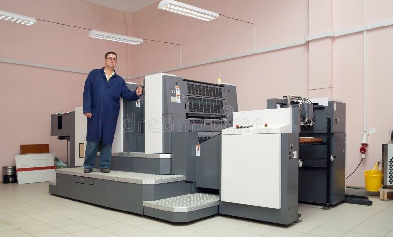 Drucker, der an der Versatzmaschine arbeitet lizenzfreie stockfotografie