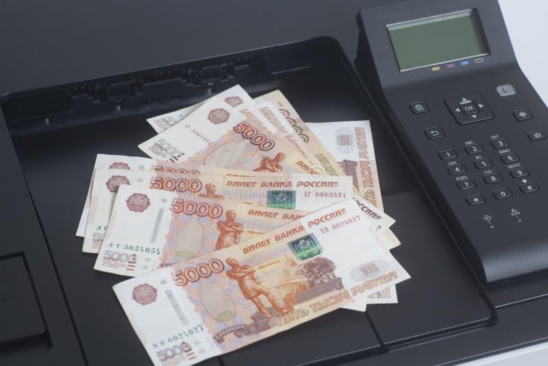 Drucker, der Rechnungen der russischen Rubel druckt lizenzfreie stockfotografie