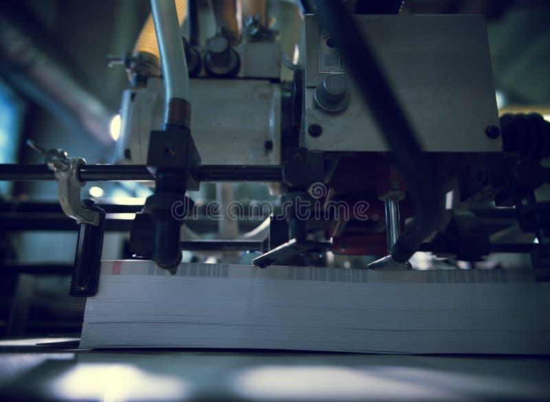 Drucker des großen Formats mit einem Stapel des Papiers lizenzfreie stockfotografie