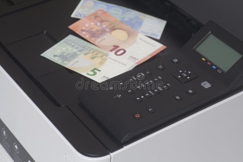 Drucker mit Eurobanknotengeld stockfotografie