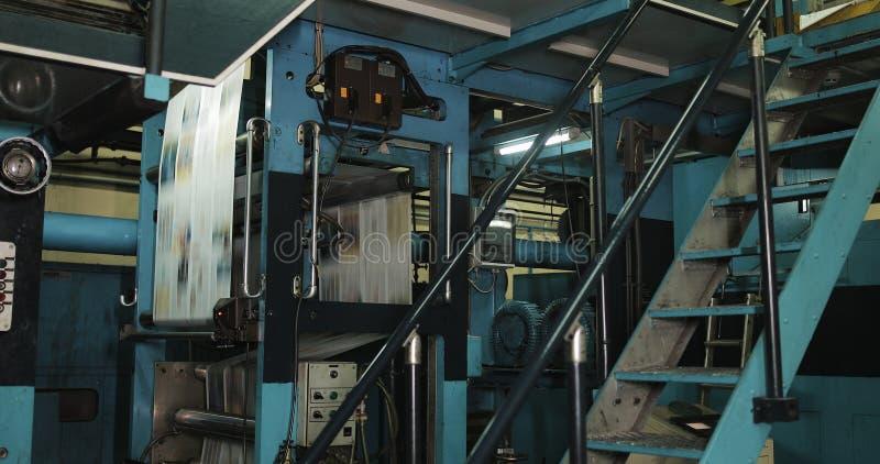 Druckereifabrik Zeitungsdrucken in einer Anlage Zeitung gedruckt auf einer Druckhausmaschine stockbild