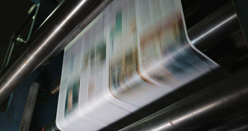 Druckereifabrik Zeitungsdrucken in einer Anlage Zeitung gedruckt auf einer Druckhausmaschine Abschluss oben lizenzfreie abbildung
