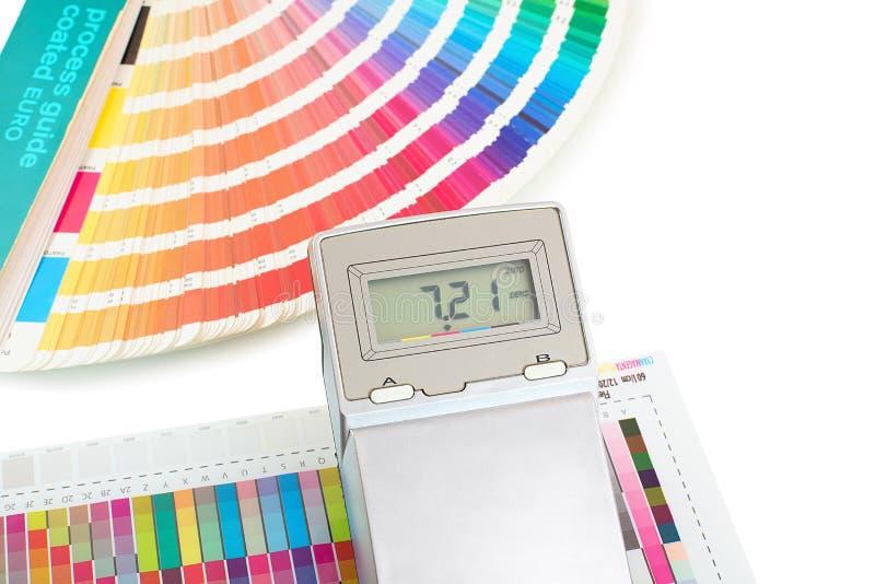 Druckfarbmuster mit dem Dichtemeter und Farbenführer lokalisiert auf weißem Hintergrund Farbdichte überprüfen herein Druckverfahr lizenzfreie stockbilder