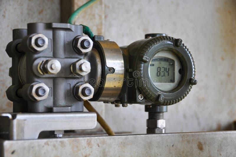 Druckgeber im Öl und im Gas verarbeiten, schicken Signal zum Prüfer- und Lesedruck im System stockbild