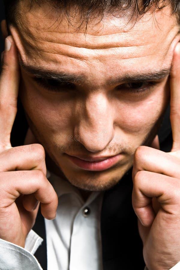 Druckkonzept - Geschäftsmann mit Kopfschmerzen lizenzfreies stockbild
