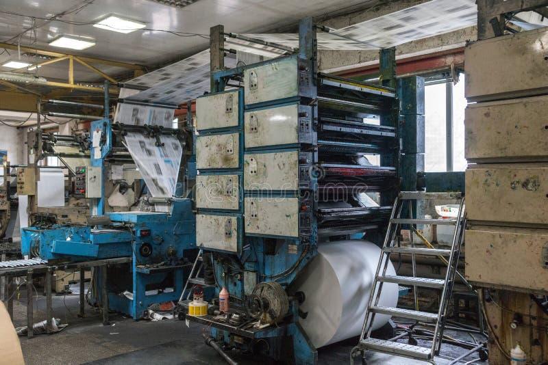 Druckmaschine mit unscharfem Papier in der Arbeit stockbild