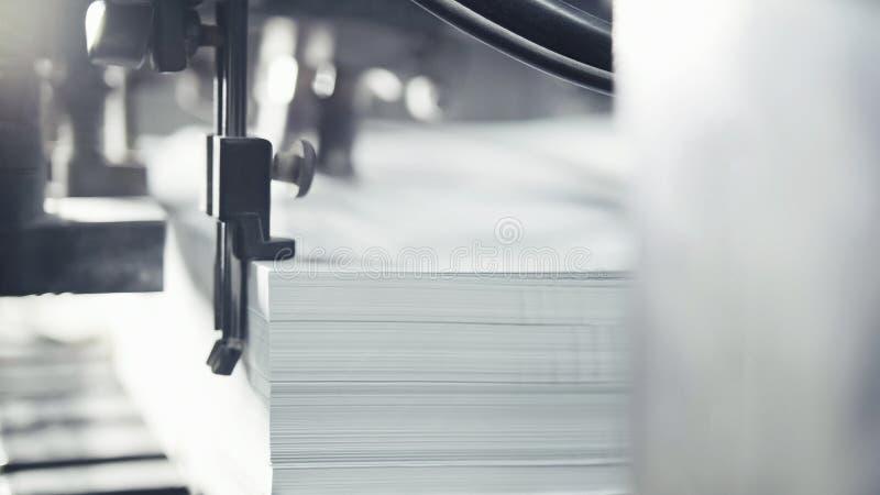 Druckschriften des Papiers werden in der Druckmaschine gedient Ausgleich, CMYK stockbild