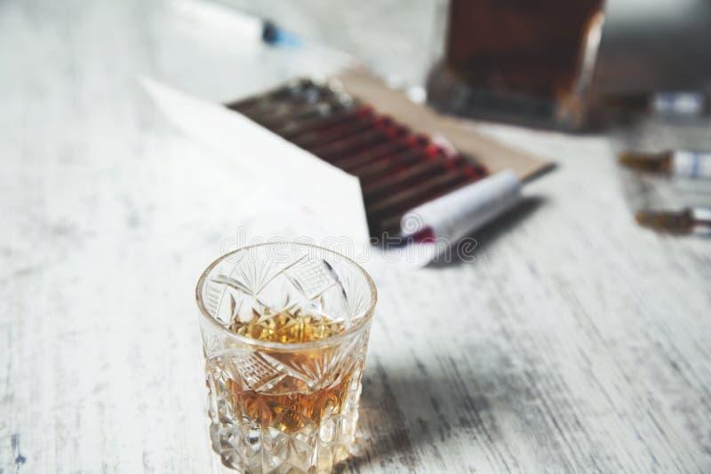 Drug met whisky royalty-vrije stock afbeeldingen
