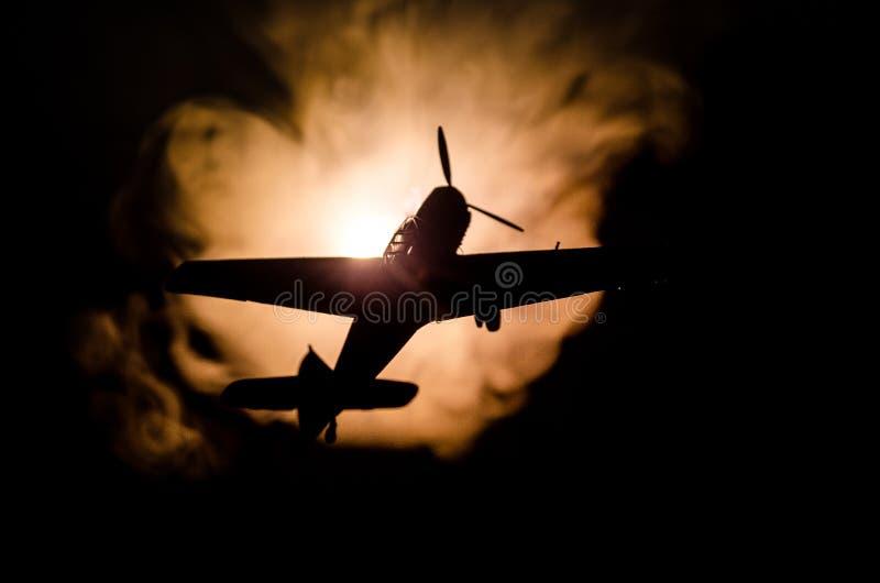 Druga wojna światowa samolot szturmowy przy zmierzchem lub zmrokiem - pomarańcze wybuchu pożarniczy niebo Wojenna scena Niemiecki obraz royalty free