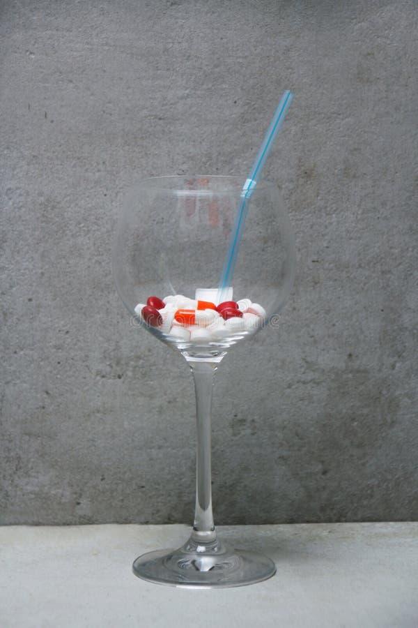 Drugcocktail, a-combinatie van verschillende tabletten in een glas stock foto