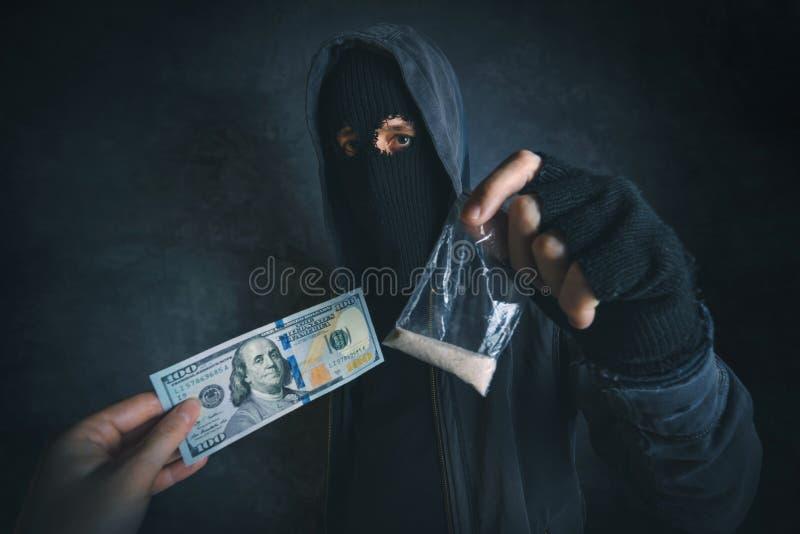 Drugdealer die verdovende substantie zich op de straat aanbieden te wijden royalty-vrije stock foto