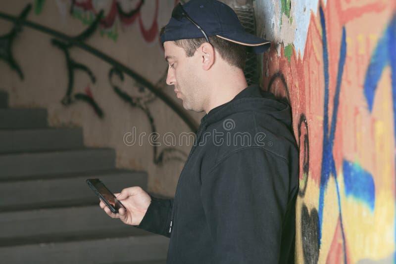 Drugdealer in een tunnel Een donkere plaats om te behandelen stock fotografie