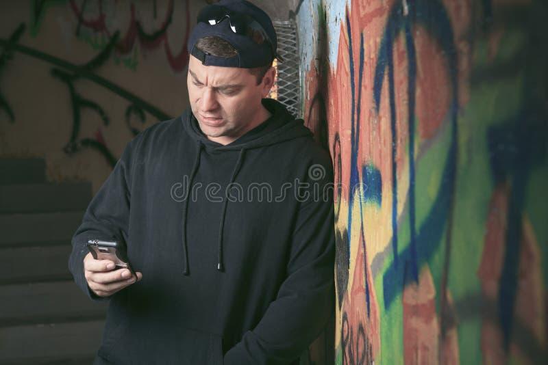 Drugdealer in een tunnel Een donkere plaats om te behandelen stock afbeeldingen