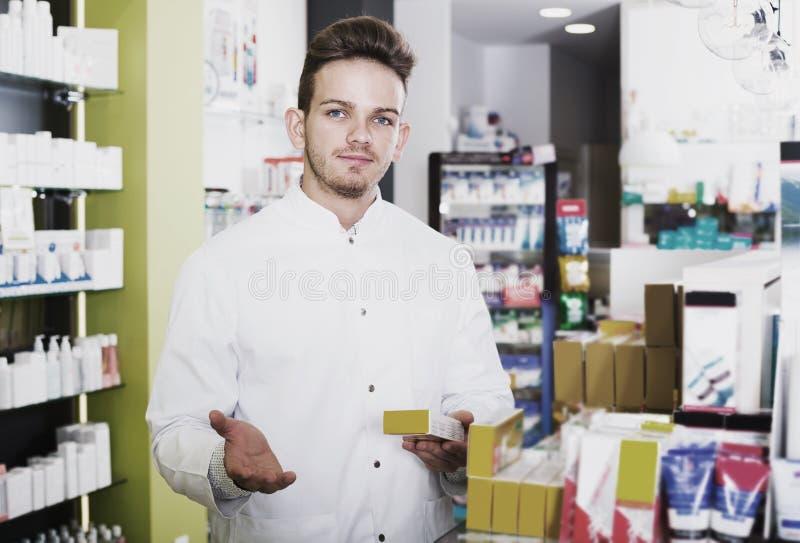 Druggist человека в фармации стоковое фото rf