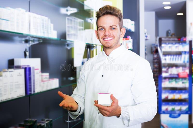 Druggist человека в фармации стоковая фотография