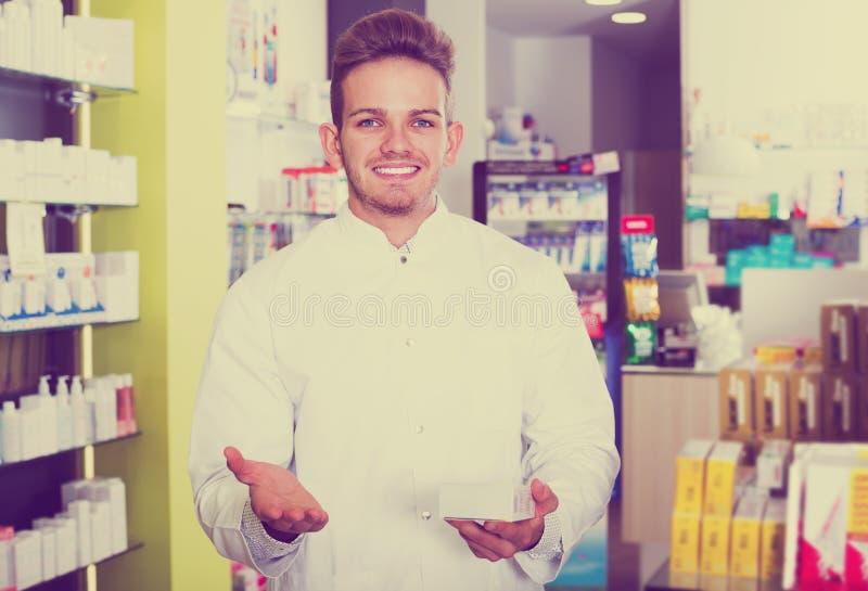 Druggist человека в фармации стоковые фотографии rf