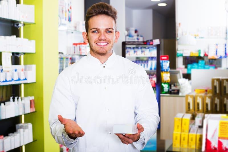 Druggist человека в фармации стоковые фото