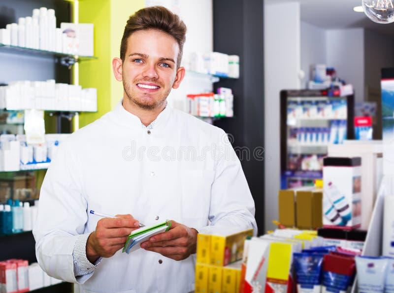 Druggist человека в фармации стоковое изображение rf