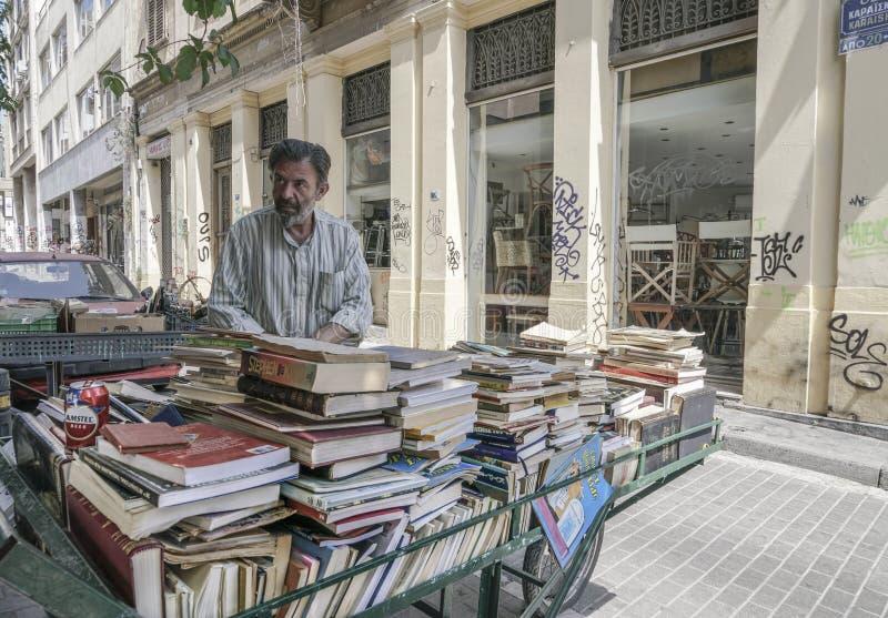 Drugi ręka rezerwuje przy ulicą w Ateny, Grecja zdjęcie royalty free