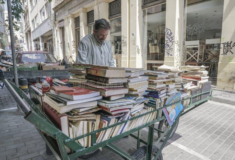 Drugi ręka rezerwuje przy ulicą w Ateny, Grecja obraz royalty free