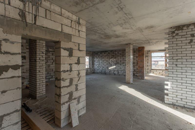 Drugi strychowa podłoga dom przegląd i odbudowa Pracujący proces nagrzanie wśrodku części dach Dom zdjęcie royalty free