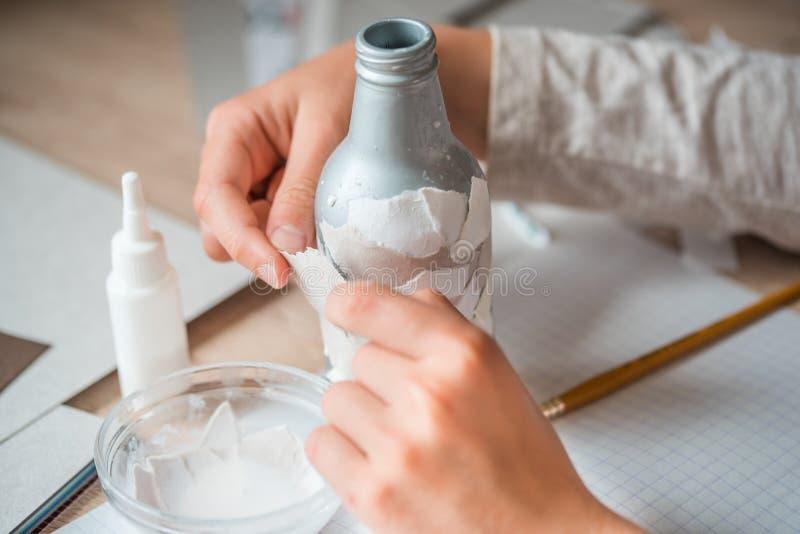 drugorzędny use papierowi gruzy children handmade od papier - mache Dziecko ręki kleią kawałki papieru na bottl obrazy royalty free