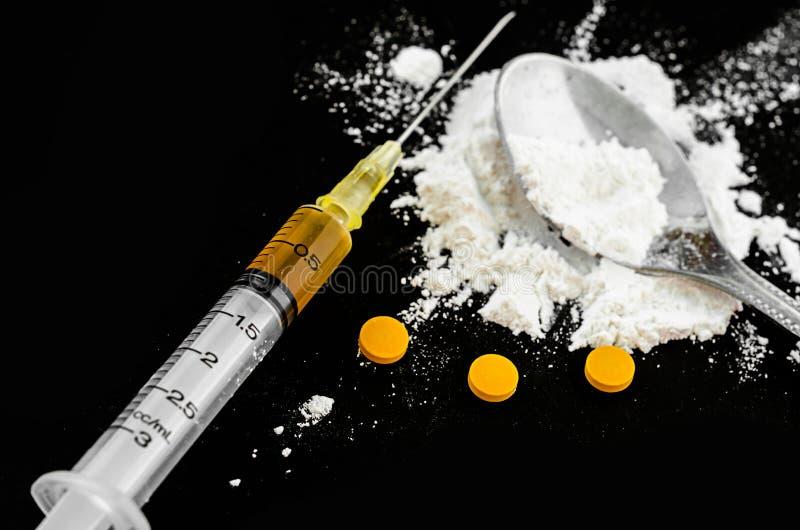 Drugspuit, amfetaminetabletten en gekookte heroïne royalty-vrije stock foto's