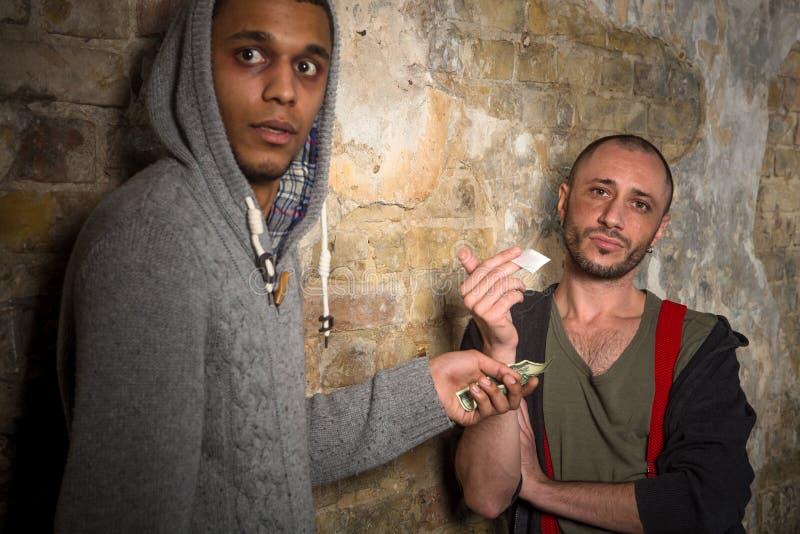 Drugverslaafde het kopen narcotica en drugs royalty-vrije stock afbeelding