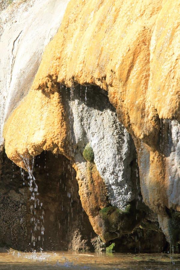 Druipende Versteende Fontein van Réotier, Franse Hautes-Alpes royalty-vrije stock foto