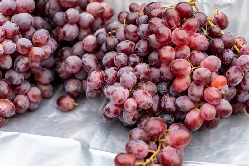 Druiven die bij de supermarkt giftig zijn stock afbeelding