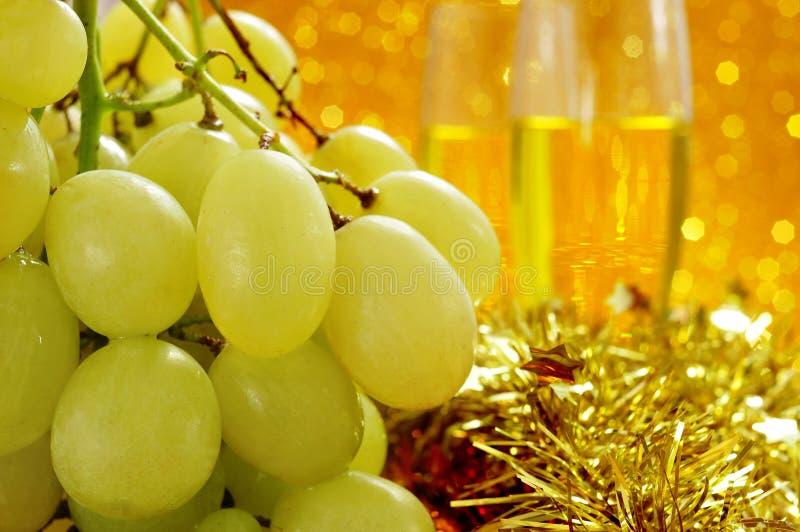 Druiven en champagne stock foto's