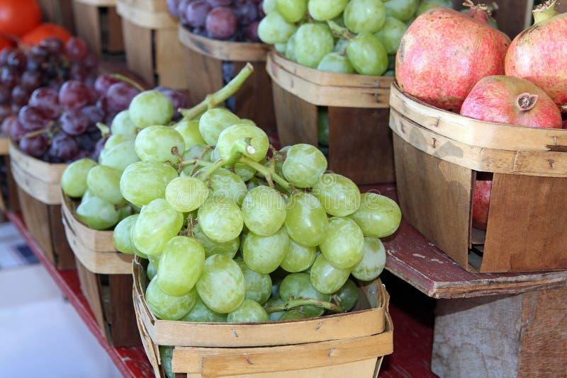 Druiven en granaatappels stock fotografie