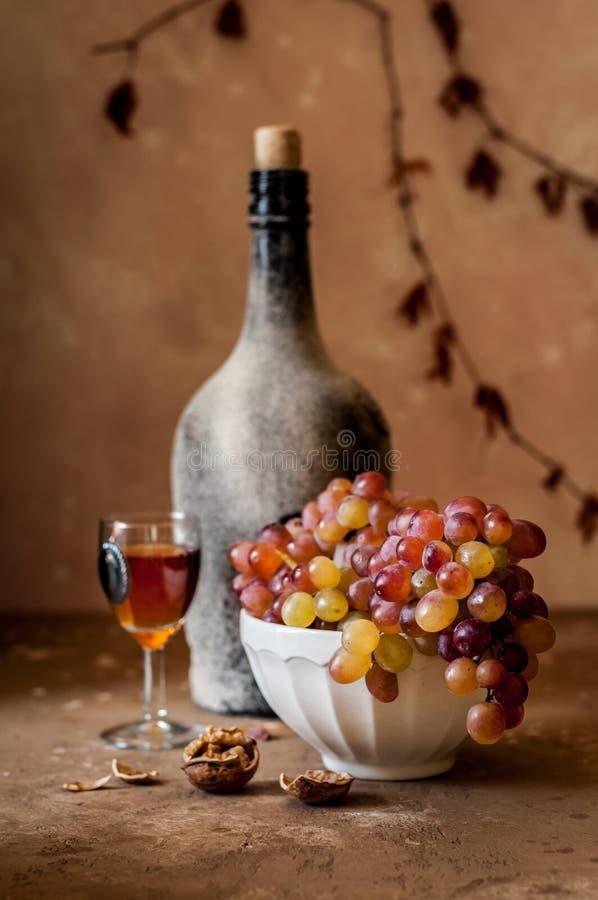 Druiven en Oude Wijn stock afbeelding