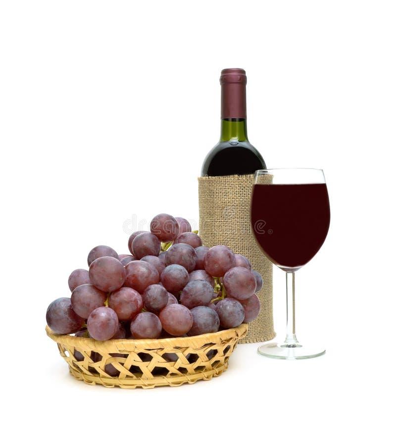 Druiven en rode wijn op een witte achtergrond stock foto