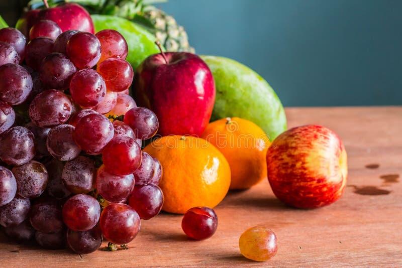 Druiven op de lijst stock fotografie