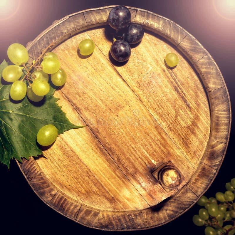 Druiven op houten vat stock afbeeldingen