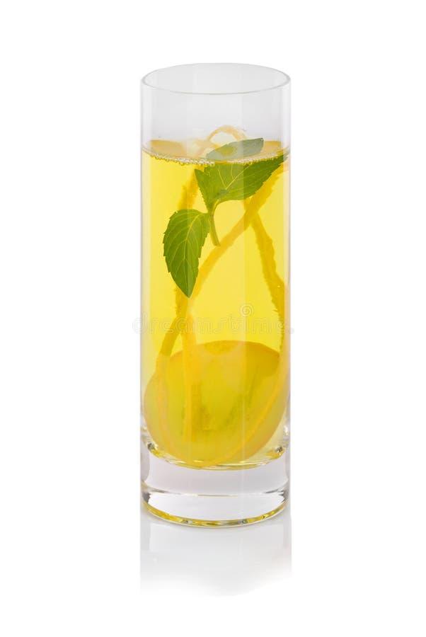 Druivencocktail met munt op een witte achtergrond Zoete drank met sappige bessen Een glas geel druivesap stock afbeeldingen