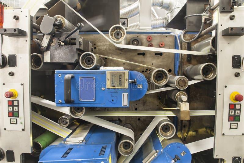 Druketiketten op de machine van de Etiketdruk stock afbeelding