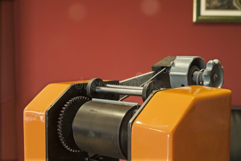 Druketiketten op de machine van de Etiketdruk - Oude drukmachine stock afbeeldingen