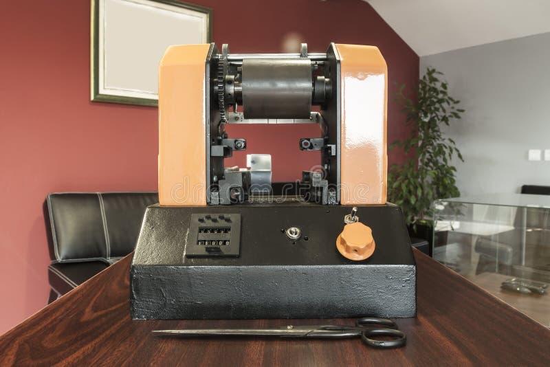 Druketiketten op de machine van de Etiketdruk - Oude drukmachine stock afbeelding