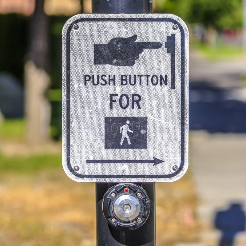 Drukknop voor voetgangersoversteekplaatsteken op een weg royalty-vrije stock afbeeldingen