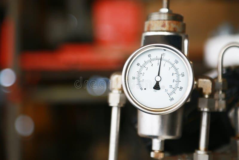 Drukmaat die maatregel gebruiken de druk in productieproces Arbeider of Exploitant van het controleolie en gas proces door de maa stock afbeeldingen