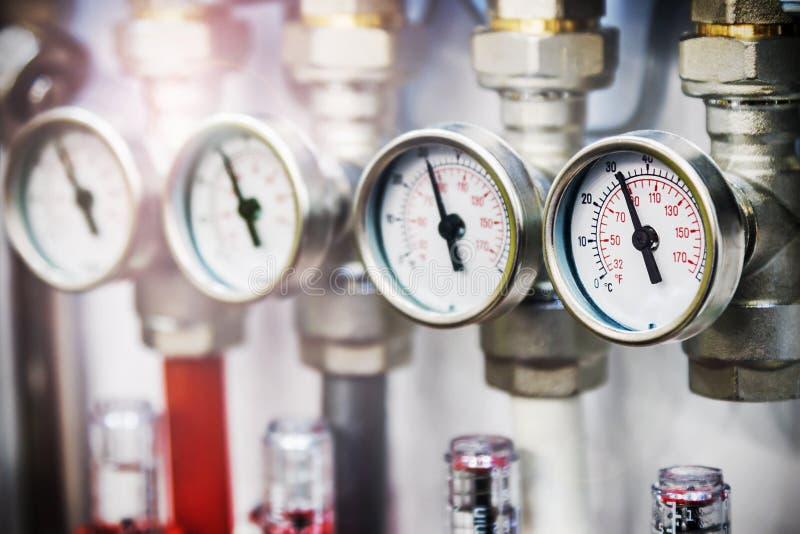 Drukmaat, montage en klep, pijpen en adapters Loodgieterswerkinrichtingen stock afbeelding