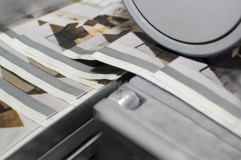 Drukmachine tijdens de productie van de tijdschriftdruk stock afbeeldingen