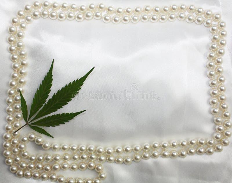 Drukte de originele bruids het satijn witte achtergrond van de huwelijkshippie met parelskader en marihuana blad in hoek Uitnodig royalty-vrije stock fotografie