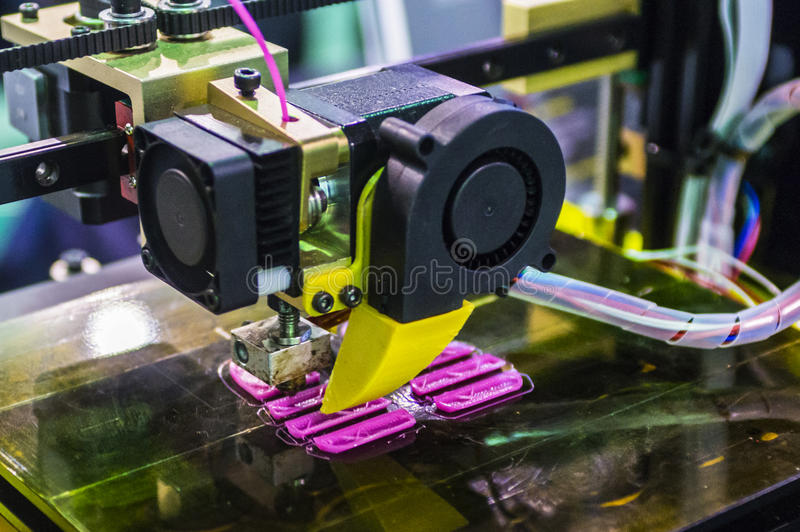 Drukvoorwerp op de 3D printer stock foto's